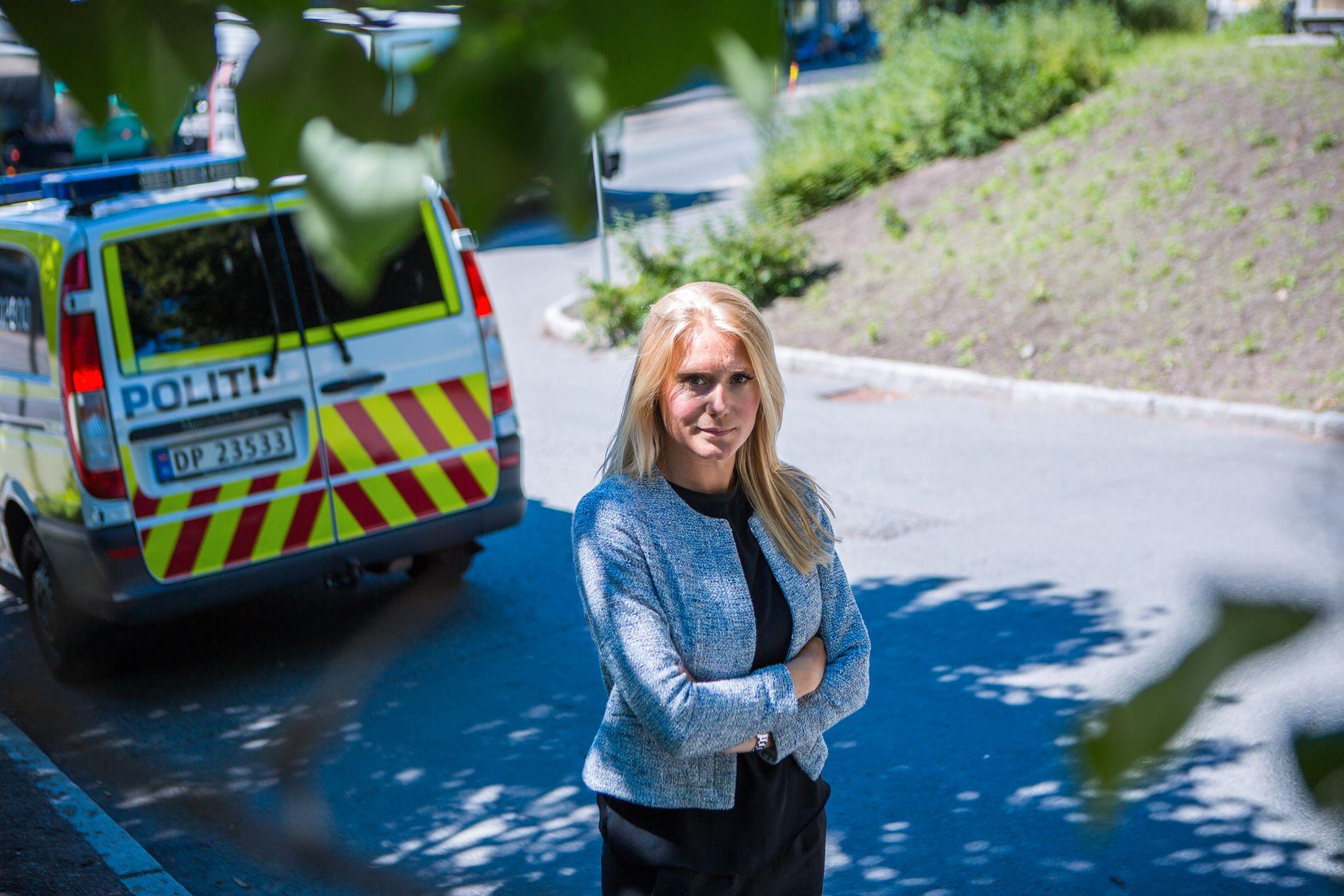 KRITISK: Advokat Silje Grimseth Ullebust i Haavind mener anbudsprosessen politiet fulgte har store svakheter ved seg. Her foran en politibil av en større type.