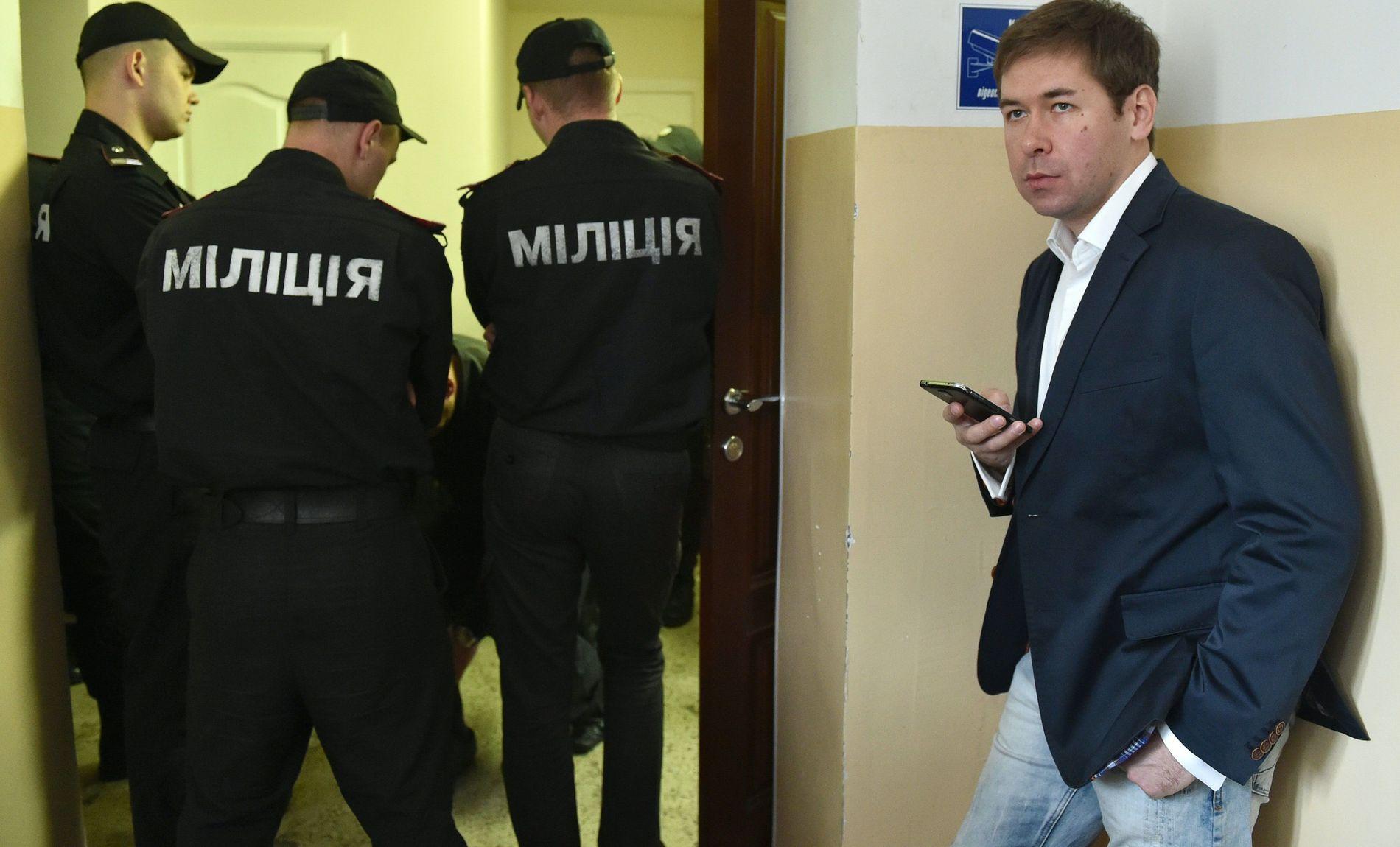 I RETTEN: Ilja Novikov (t.h.) er her fotografert i en pause i rettssak i Kiev, der to russiske soldater ble dømt. Dette gjorde det senere mulig å gjøre en fangeutveksling, som gjorde at hans ukrainske klient Nadija Savtsjenko, kunne komme tilbake til hjemlandet.