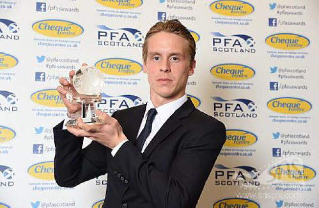 VINNER: Stefan Johansen med beviset på at han er kåret til årets spiller i Skottland.