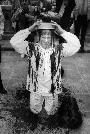BLODIGE PROTESTER: Prest Børre Knudsen heller saueblod over seg i protest mot loven om selvbestemt abort. Her demonstrerer han foran Stortinget i 1988. Foto: C. F. WESENBERG
