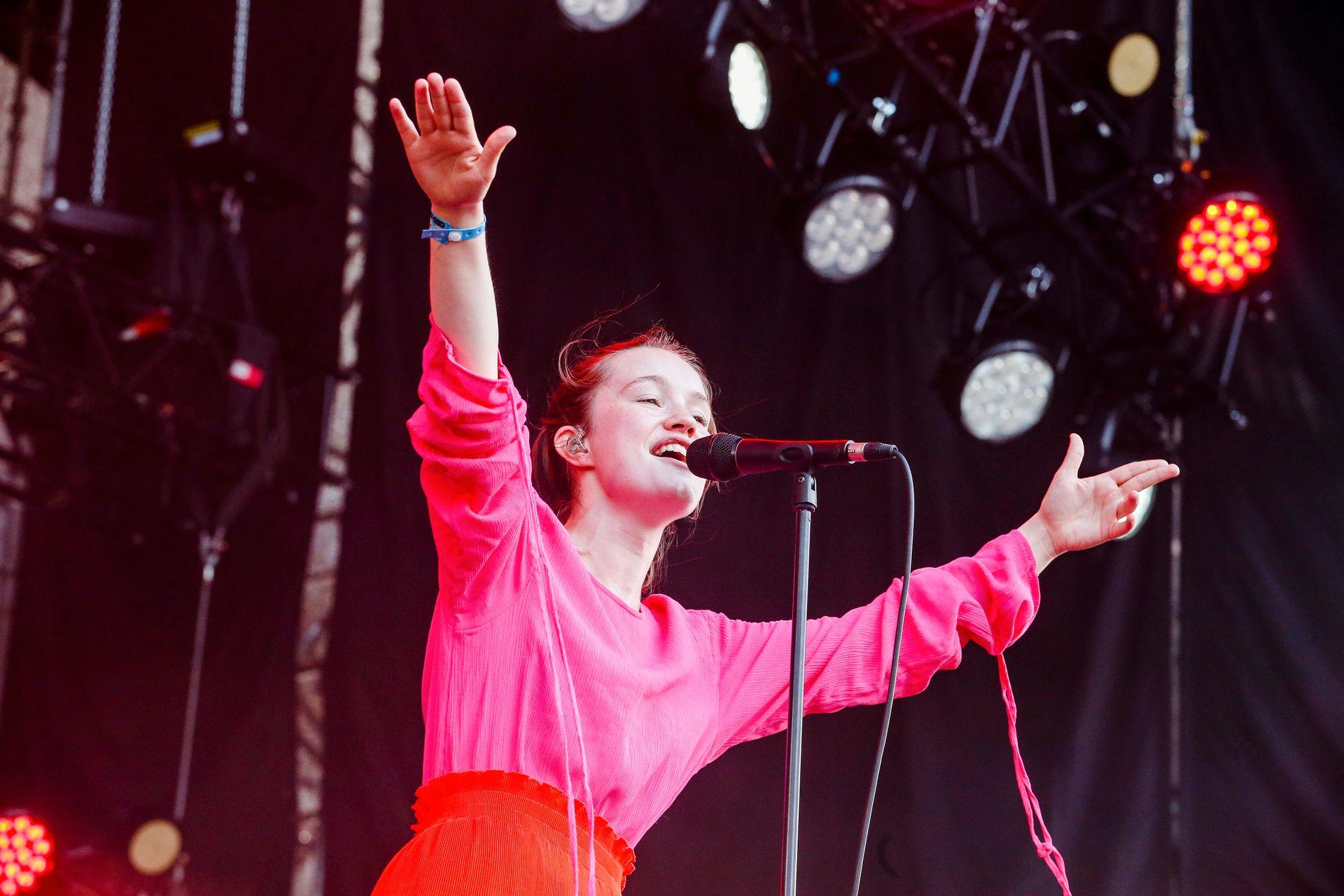 OPPTUR: Sigrid ga publikum på Stavernfestivalen en herlig konsert i sommervarmen. Dette  er fra Øyafestivalen i 2017.