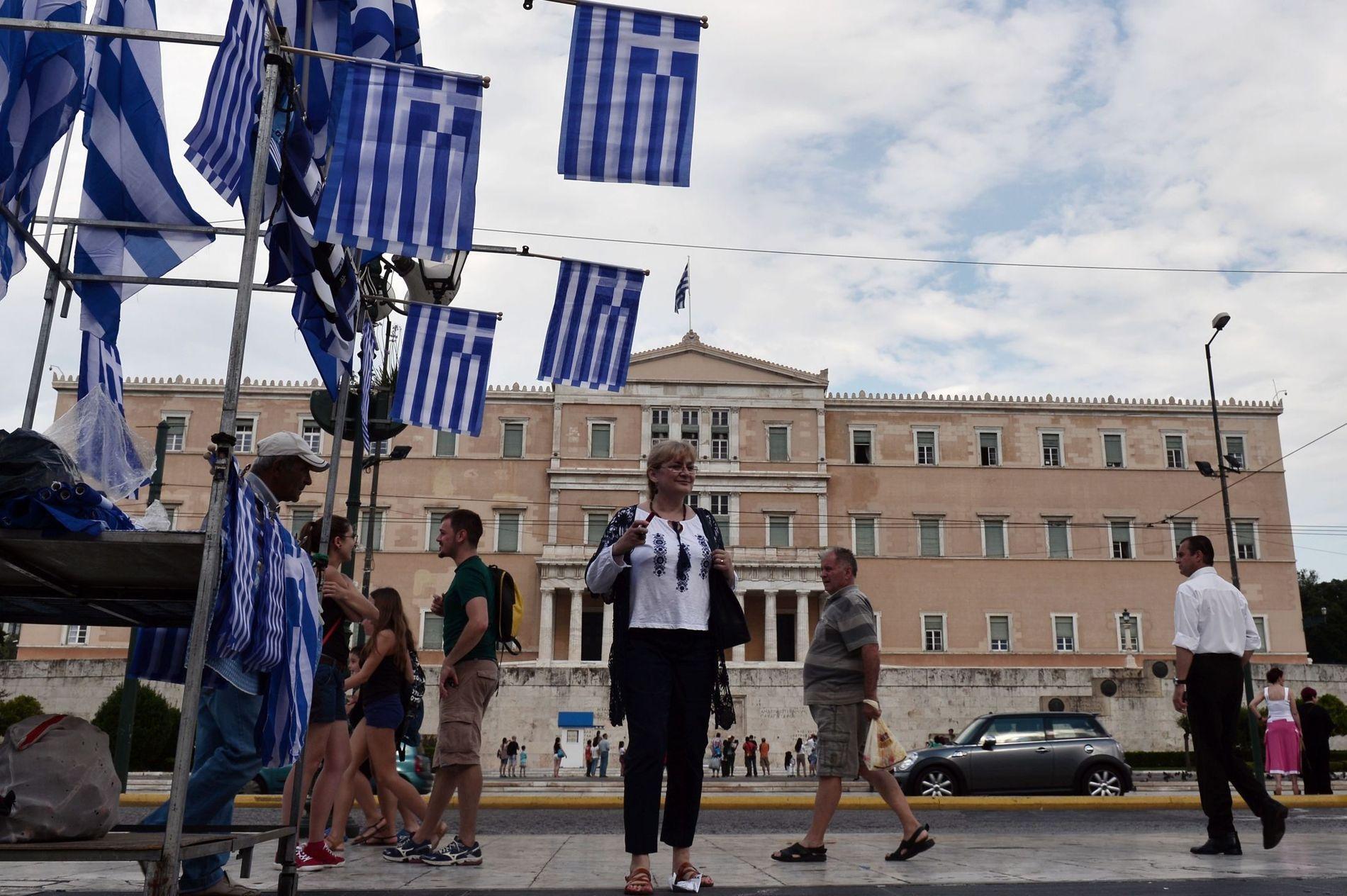 VANSKJØTET: En gateselger med bod foran det greske parlamentet. Per Valebrokk skriver at Hellas er vanskjøttet av sine politikere.