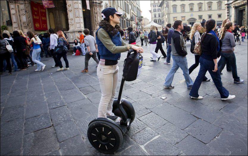 POPULÆRT: Produktet ble ført lansert i USA, men er nå brukt i en rekke land. Her bruker en turist det elektriske transportmiddelet til å komme seg rundt i Firenzes gater. Foto: TERJE BRINGEDAL/VG