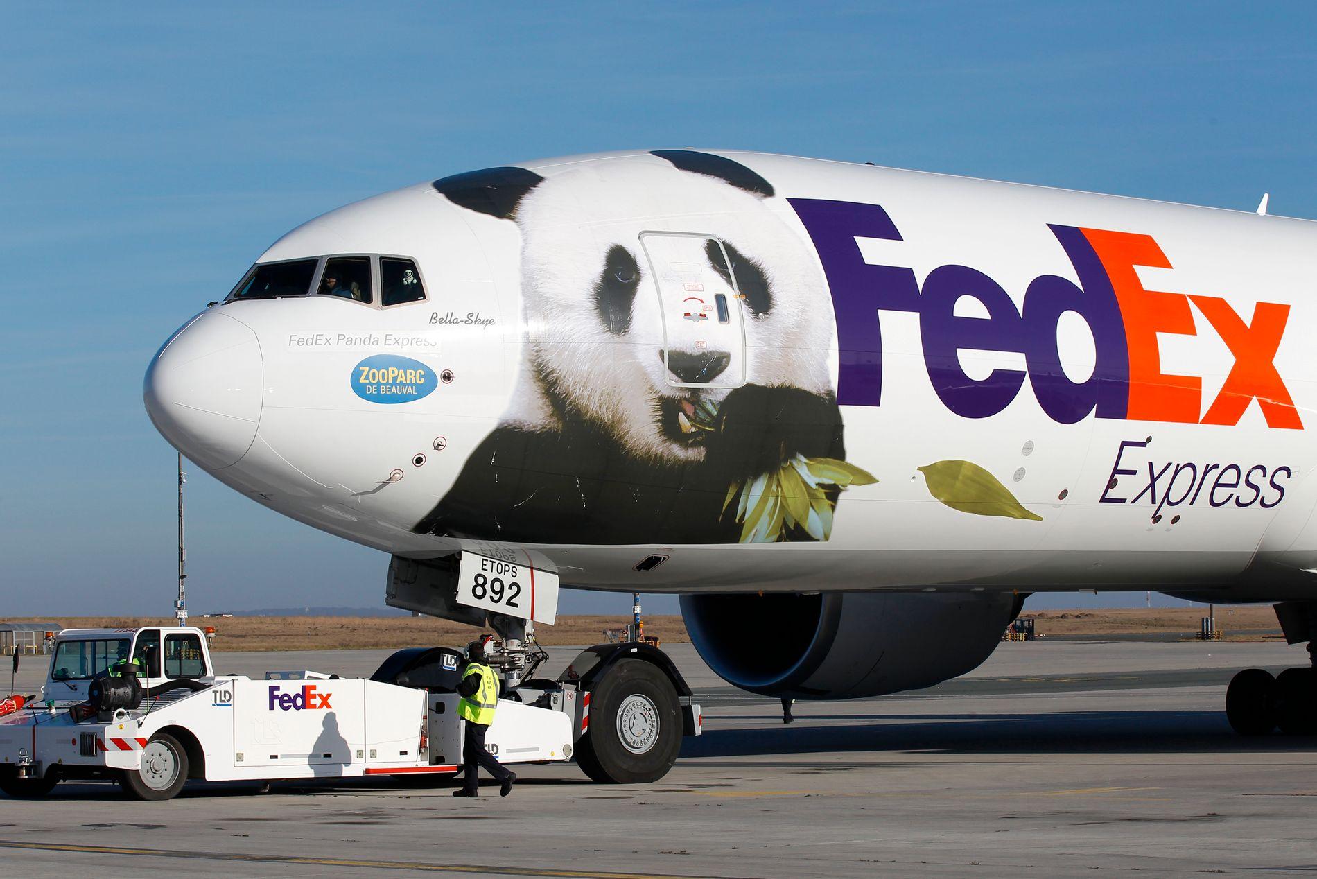"""PANDAEKSPRESSEN: Her ankommer pandaparet med navnene"""" Glad """" og """" Lubben """" Paris  i januar 2012. De er utlånt fra Kina til Beauval dyrepark i 10 år."""