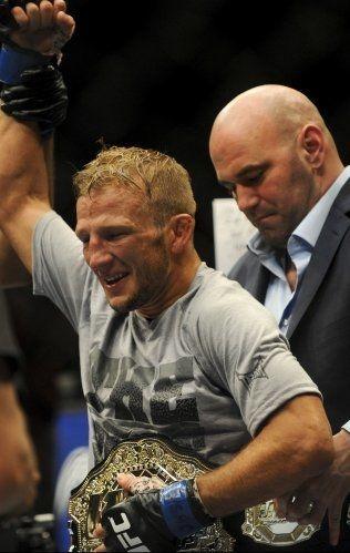 BEVISET: UFC-president Dana White hjelper «T.J.» Dillashaw med å få på seg tittelbeltet. Foto: Reuters