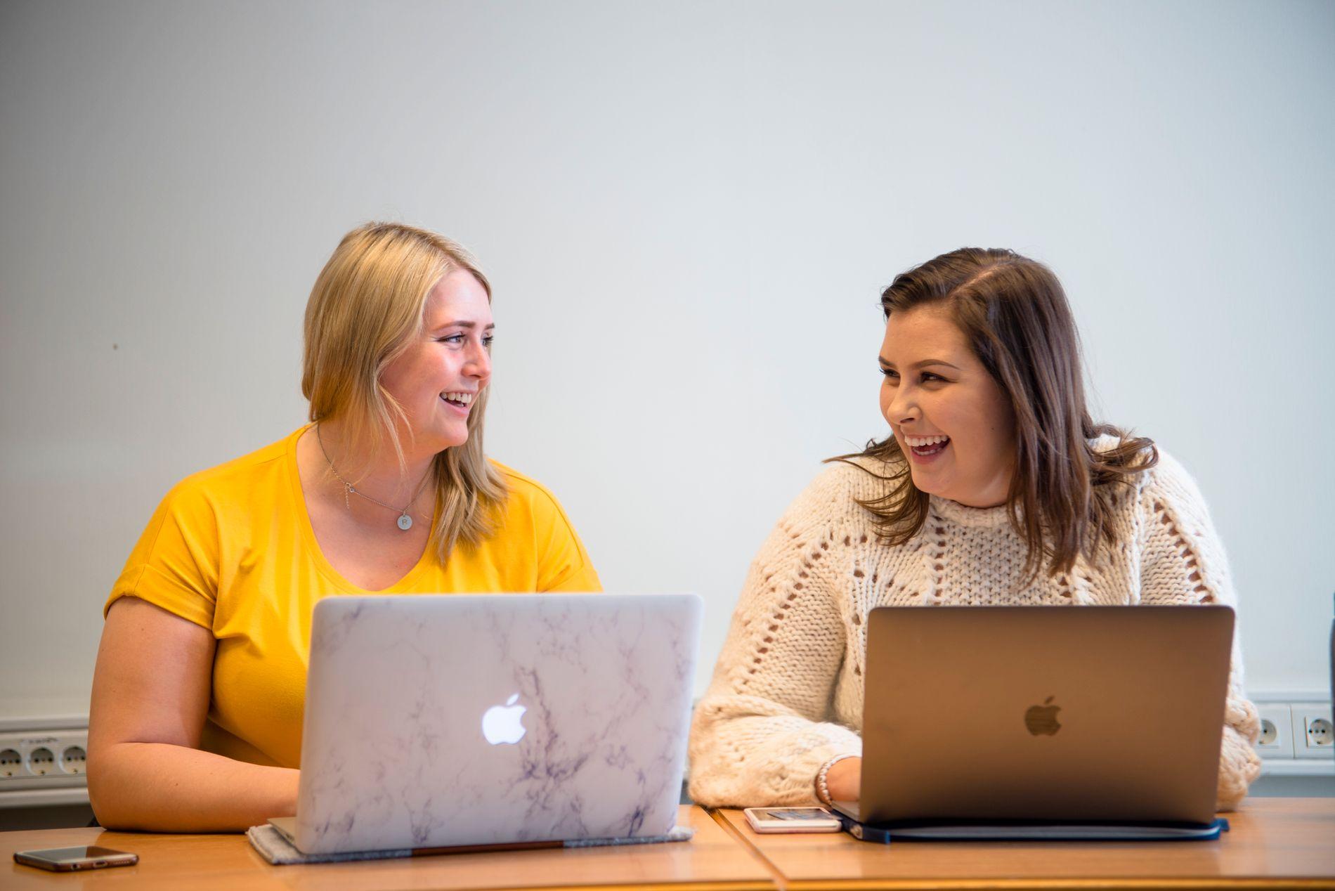 GODT MILJØ: Fjerdeårsstudentene Ragnhild Snerle  (til venstre) og Madelen Bråthen synes miljøet blant grunnskolelærerstudentene på Hamar er veldig bra.