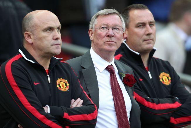 REAGERER: Mike Phelan, her sammen med Alex Ferguson under Champions League-finalen mot Barcelona i 2011, mener Manchester United nå bryter med det Alex Ferguson bygde opp.