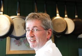 GLAD I SMØR: Gutta på Tur-kokken Arne Brimi har alltid et godt nykjernet smør på lur.