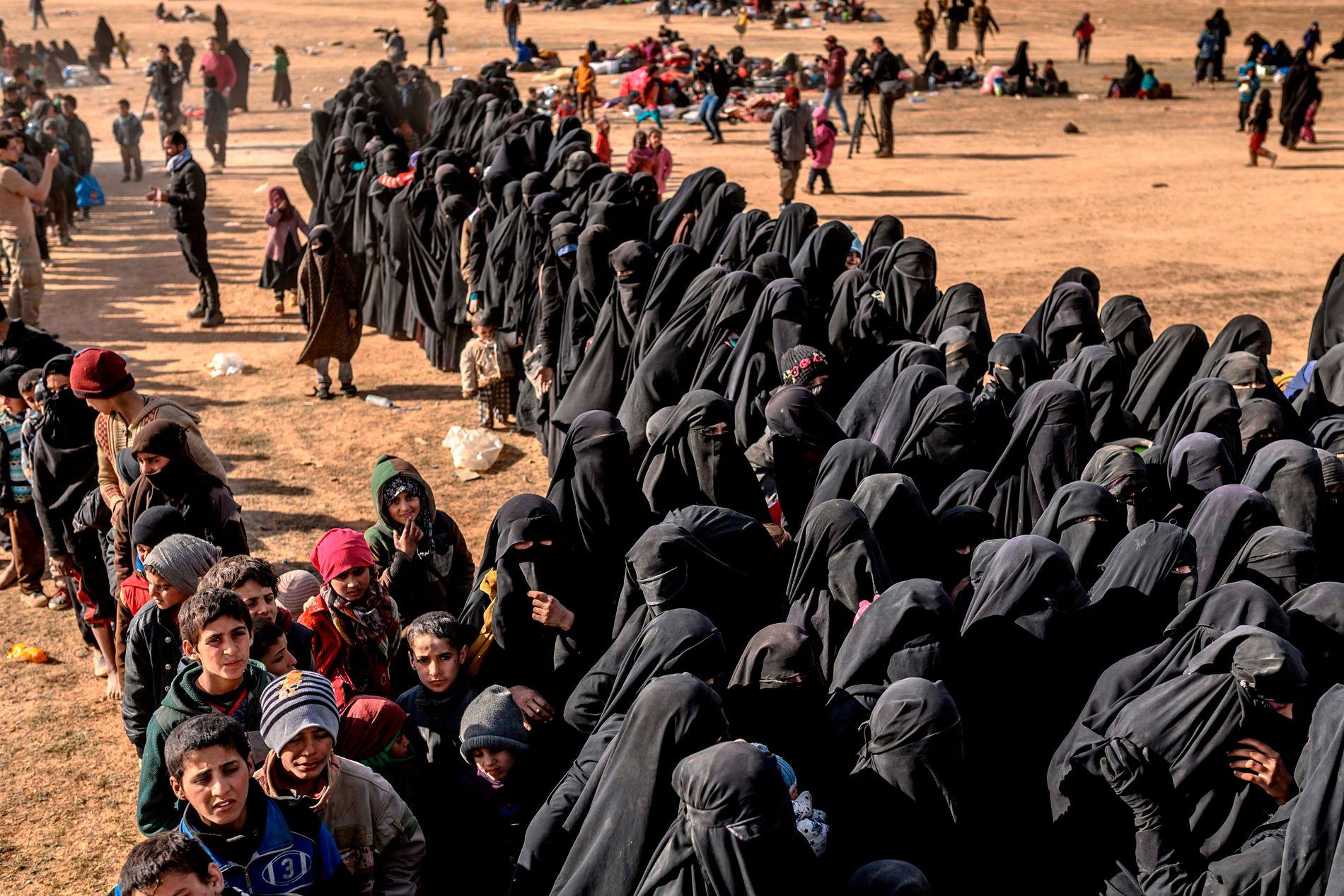 UTE: Kvinner og barn som har levd i IS-områdene ble evakuert ut i helgen. Mange av kvinnene er fortsatt sterkt ideologisk overbevist.