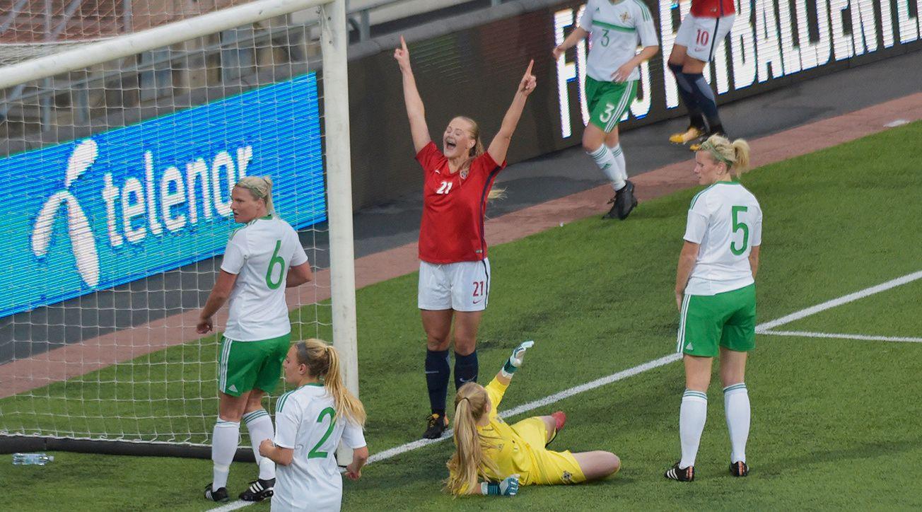 KVELDENS GLADESTE: Lisa-Marie Utland jublet omtrent før ballen var i mål da hun scoret for tredje gang på 23 landskamper (mange som innbytter). Foto: JOSTEIN MAGNUSSEN, VG