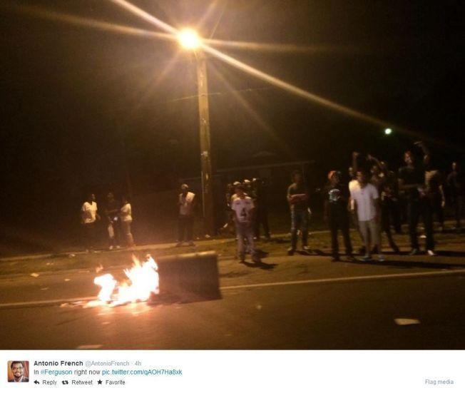 FERGUSON: Dette bildet er tatt i Ferguson i natt av Antonio French, og delt på Twitter. Bildet er gjengitt med tillatelse fra French.