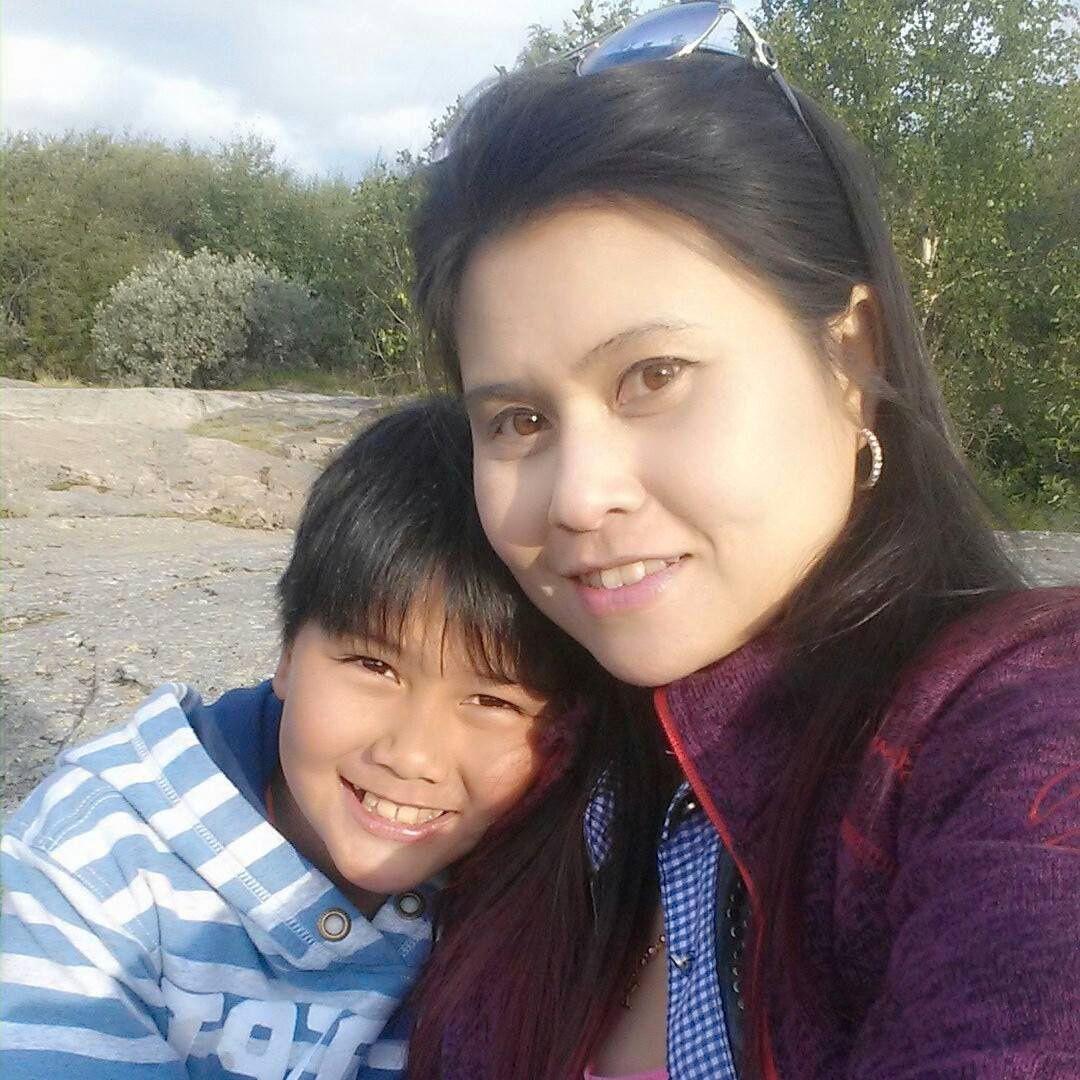 SAMMEN: Pimsiri Songngam (37) med sønnen Petchngam Songngam (12).