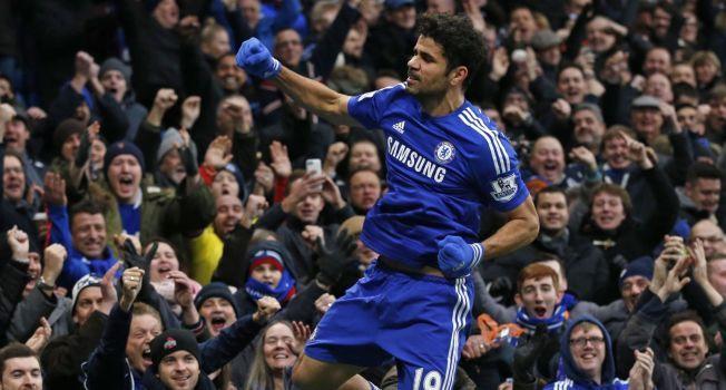 MÅL! Diego Costa feirer foran Chelsea-fansen etter å ha satt inn 2-0-målet mot West Ham.