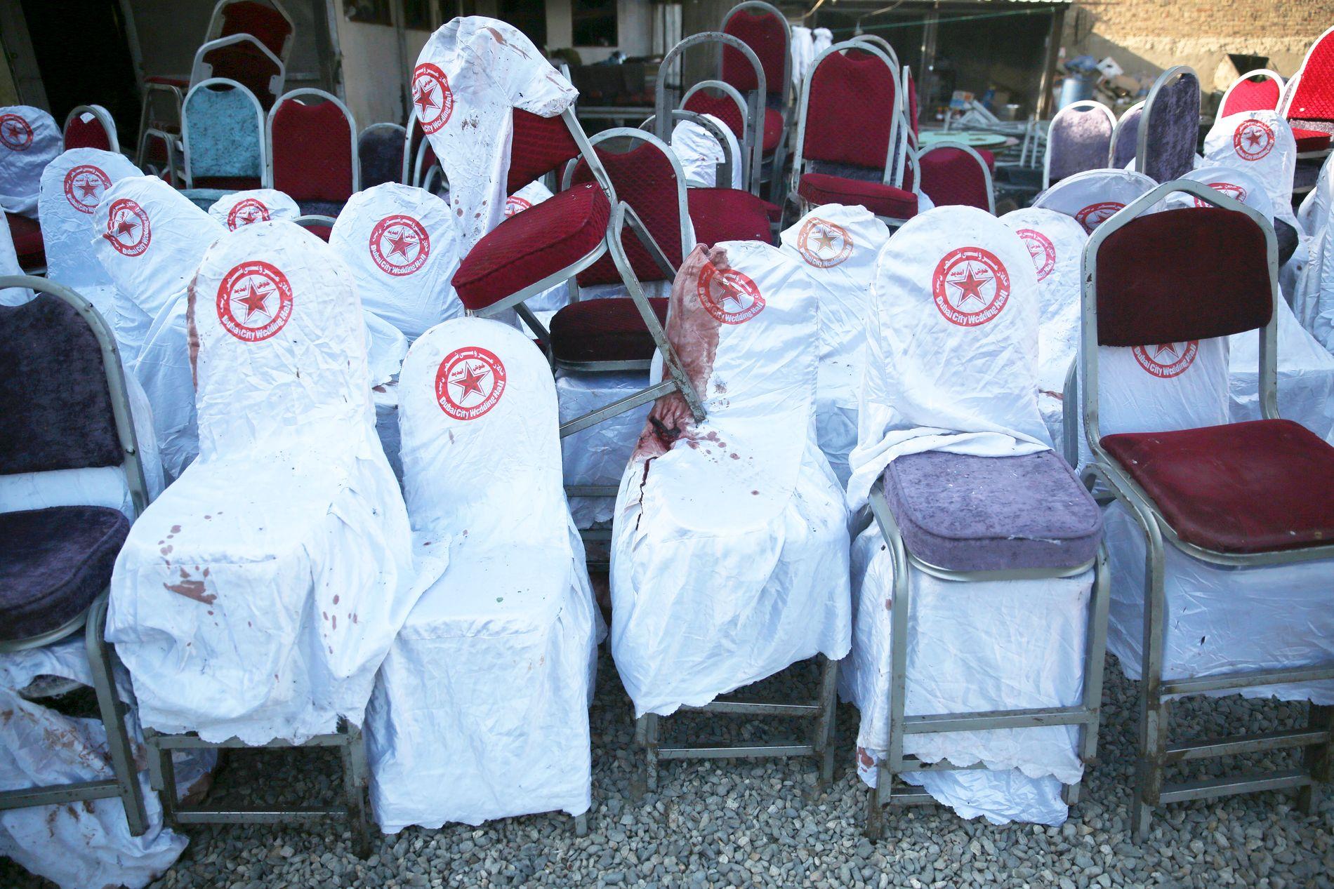 MANGE DØDE: Mange av stolene er blodige, 63 mennesker skal være døde og foreløpig er det meldt om 183 skadde.