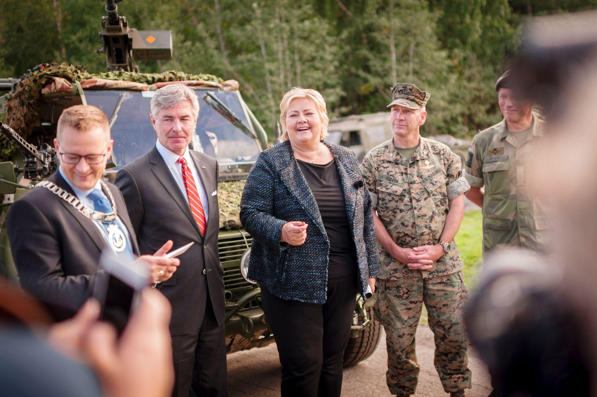 SAMARBEIDER: Statsminister Erna Solberg besøkte i dag Værnes Garnison. Sammen med henne er Stjørdals ordfører Ivar Vigdenes (Sp), som samarbeider med Høyre i kommunen.