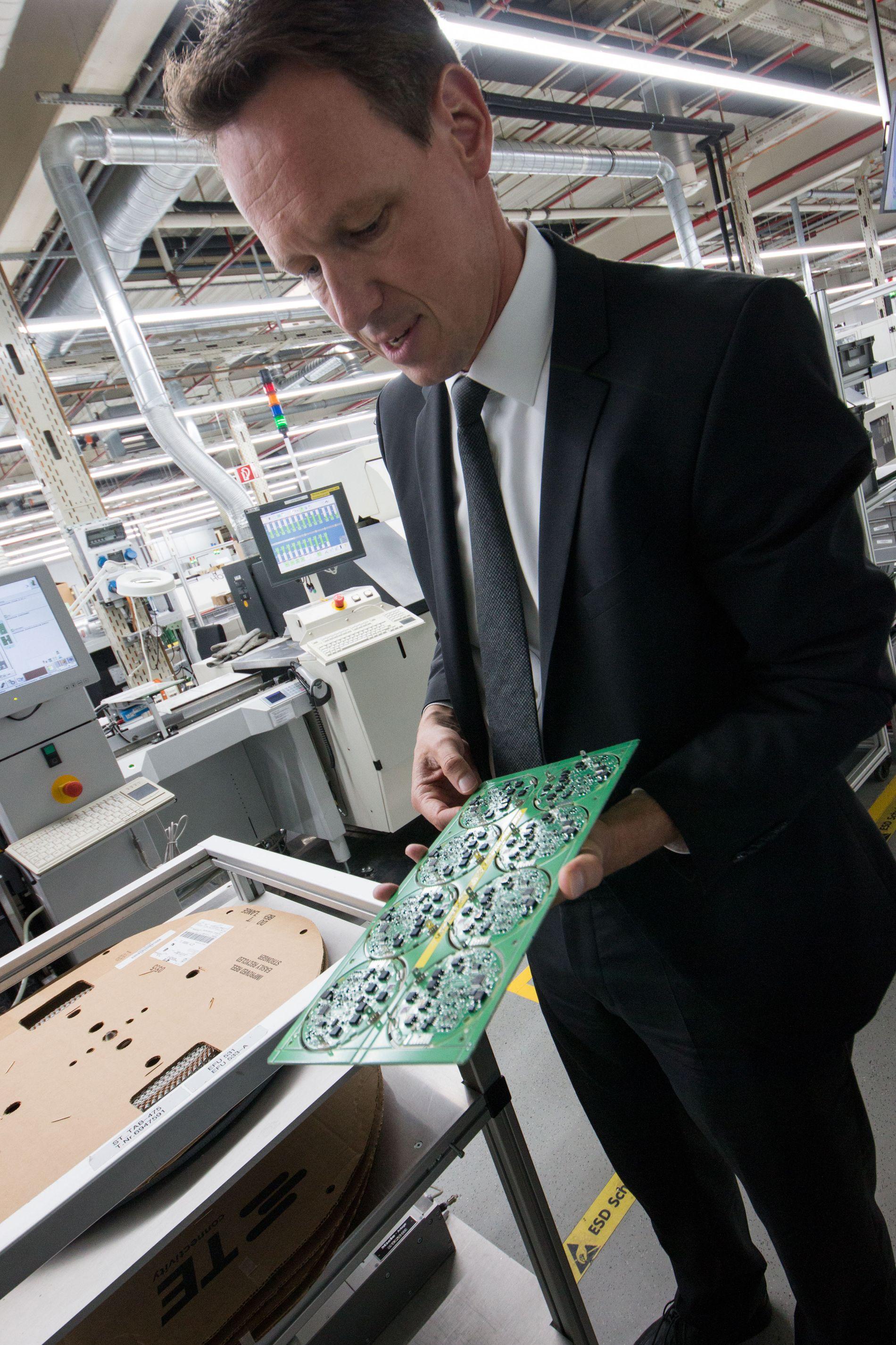 Oppdateres: Rüdiger Hellenkamp hos Miele har ansvaret for produksjonen av elektronikkdeler til vaskemaskinene, stekovnene og oppvaskmaskinene til Miele. Det er ingen enkel utfordring å lage avansert elektronikk som skal holde ut i husets ofte fuktigste rom.