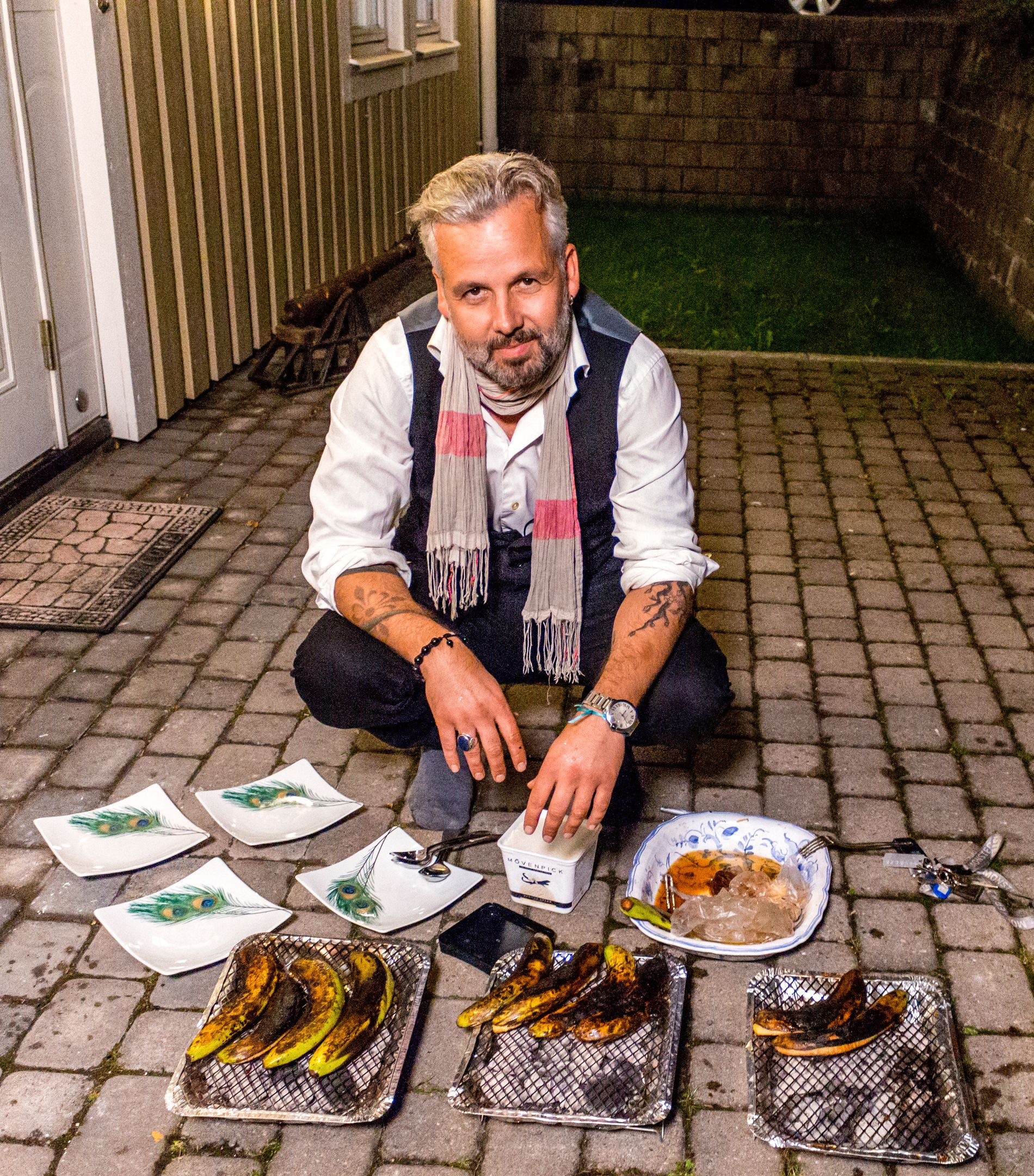 KOKKELERER: Ari Behn i «4-stjerners middag». Her med dessert. Foto: TV NORGE