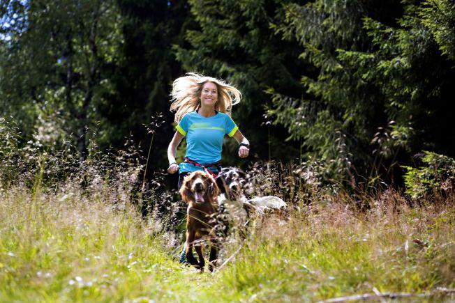 TOBAKKS-JULIE: Statssekretær Julie Brodtkorb (H), her på løpetur med hundene sine på Frognerseteren, vil ikke snakke om bindingene til tobakksindustrien fra tiden som PR-topp. Nå utsettes hun for et frontalangrep fra lege Preben Aavitsland.