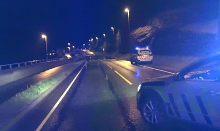 STENGT VEI: Fylkesvei 49 mellom Norheimsund og Vikøy i Kvam i Hordaland er stengt på grunn av oversvømmelse.