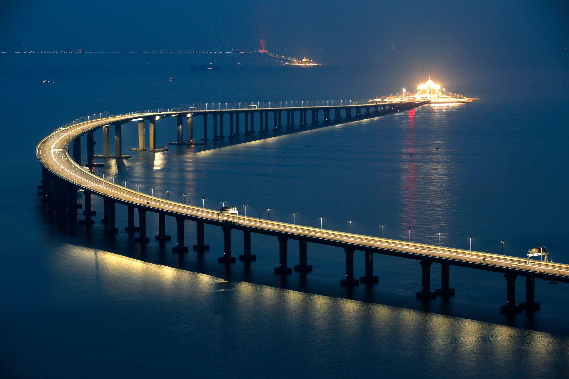 BROEN: Kina har åpnet en 55 kilometer lang bro som knytter Kina og Hongkong. Kina brukt til sammen ni år på å bygge historiens lengste sjøkryssende bro.