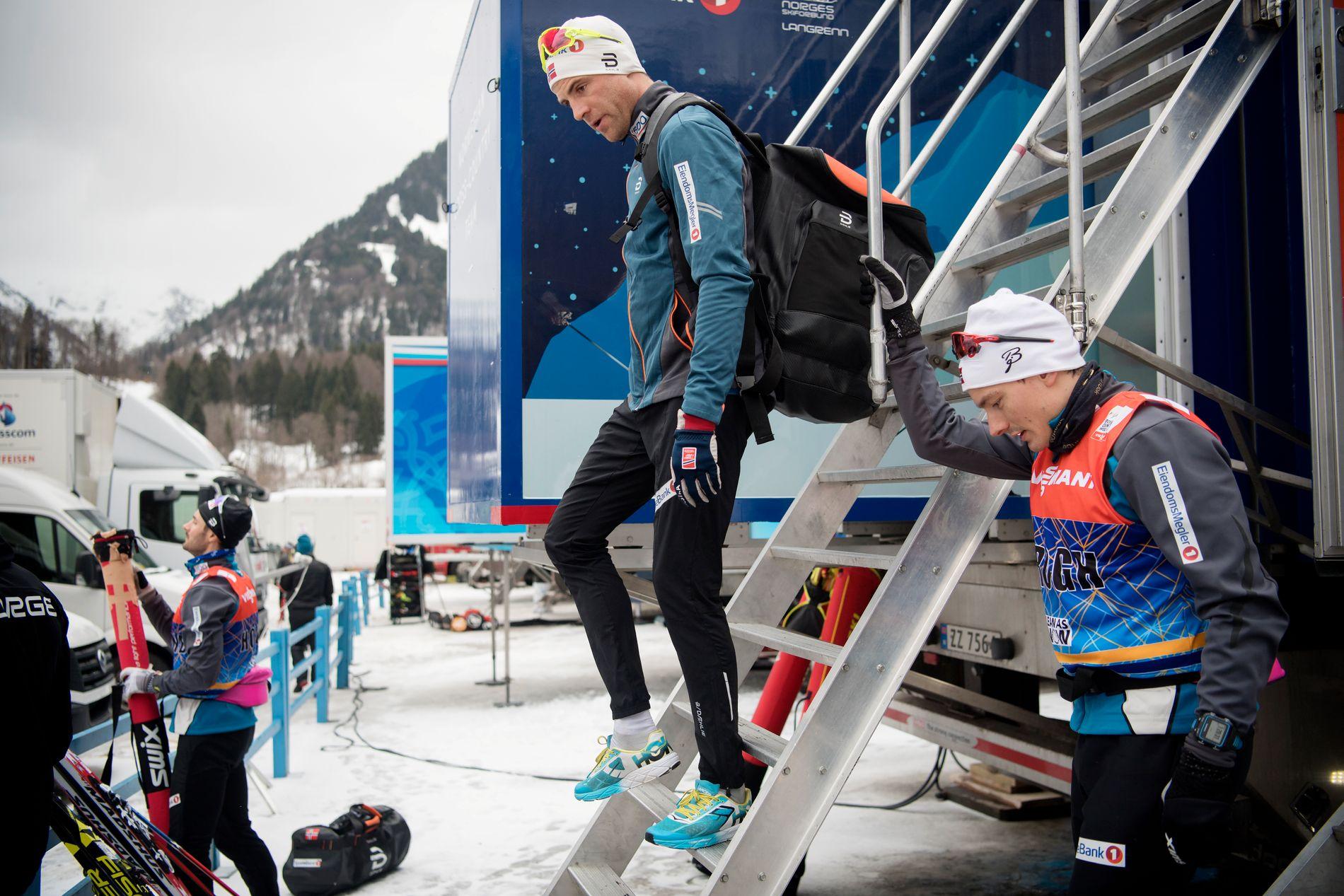 KLAR FOR ØKT: Niklas Dyrhaug, her før treningsturen under hviledagen i Tour de Ski i Oberstdorf tirsdag. Til høyre står Finn-Hågen Krogh.