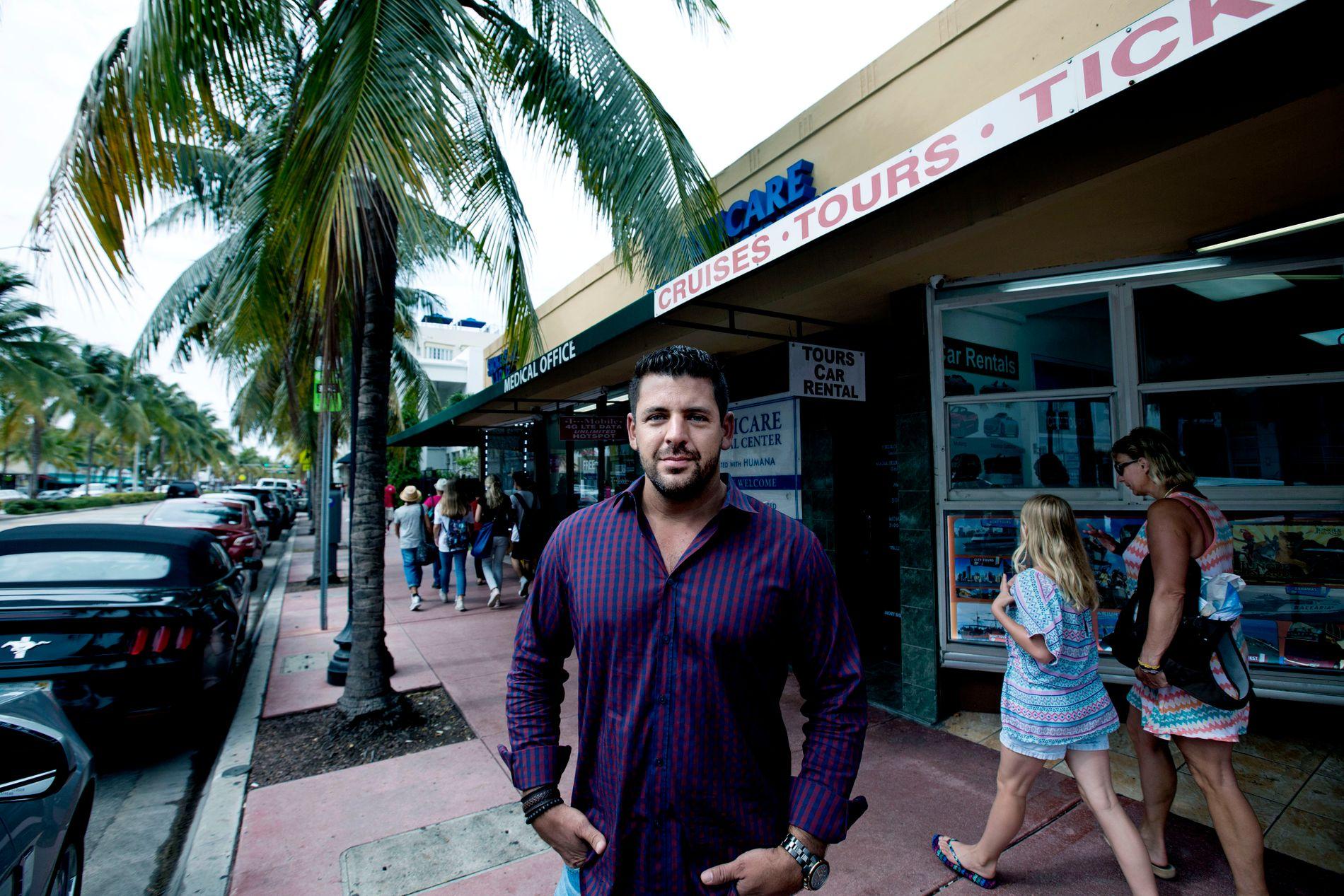 NEDGANG: Pablo Lloreda selger utflukter til turister, og har sett en nedgang det siste året blant annet på grunn av økonomiske vanskeligheter i Sør-Amerika og en svak euro. Nå kommer zikaviruset på toppen av problemene.