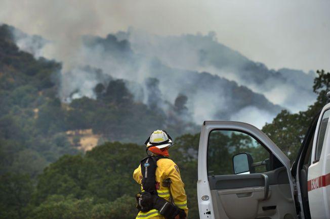 Dette bildet, fra torsdag 23. juli, viser brannen i California som truer 200 hjem i den amerikanske delstaten. Foto: AP