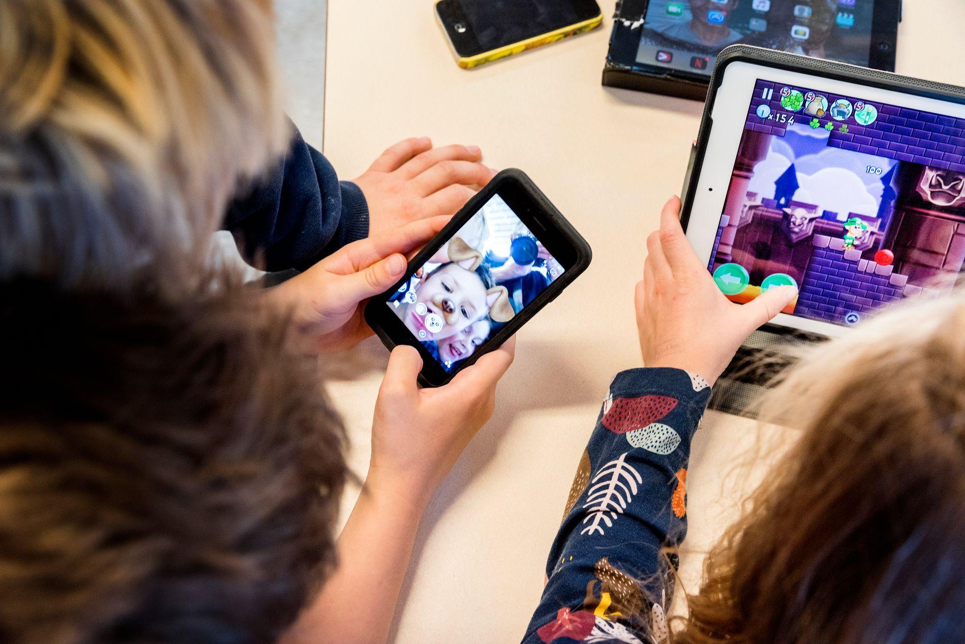 FORBUD: Flere skoler i Norge har allerede helt eller delvis innført forbud mot mobilbruk.