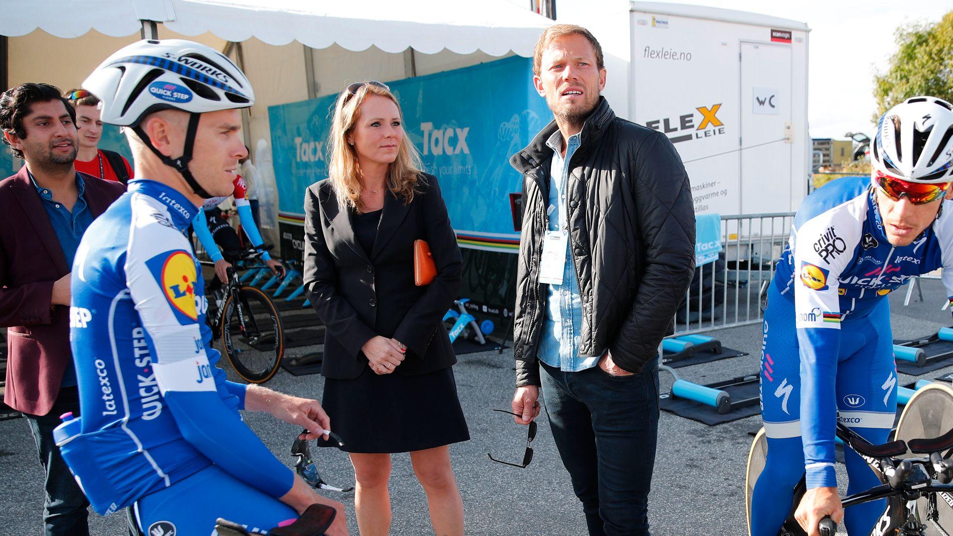 PÅ PLASS: Kulturminister Linda Hofstad Helleland (H) og Thor Hushovd (i midten til høyre) ved starten på lagtempoen under VM i Bergen.