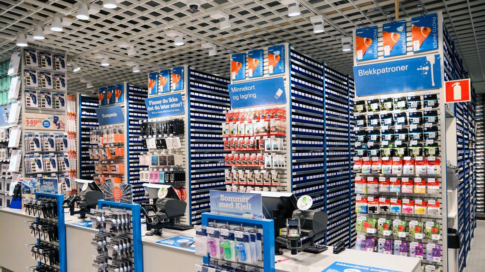 VARER BAK KASSEN: Lageret bak kassen på Kjell & Company-butikkene er ofte større enn selve butikklokalet som er satt av til kunder.