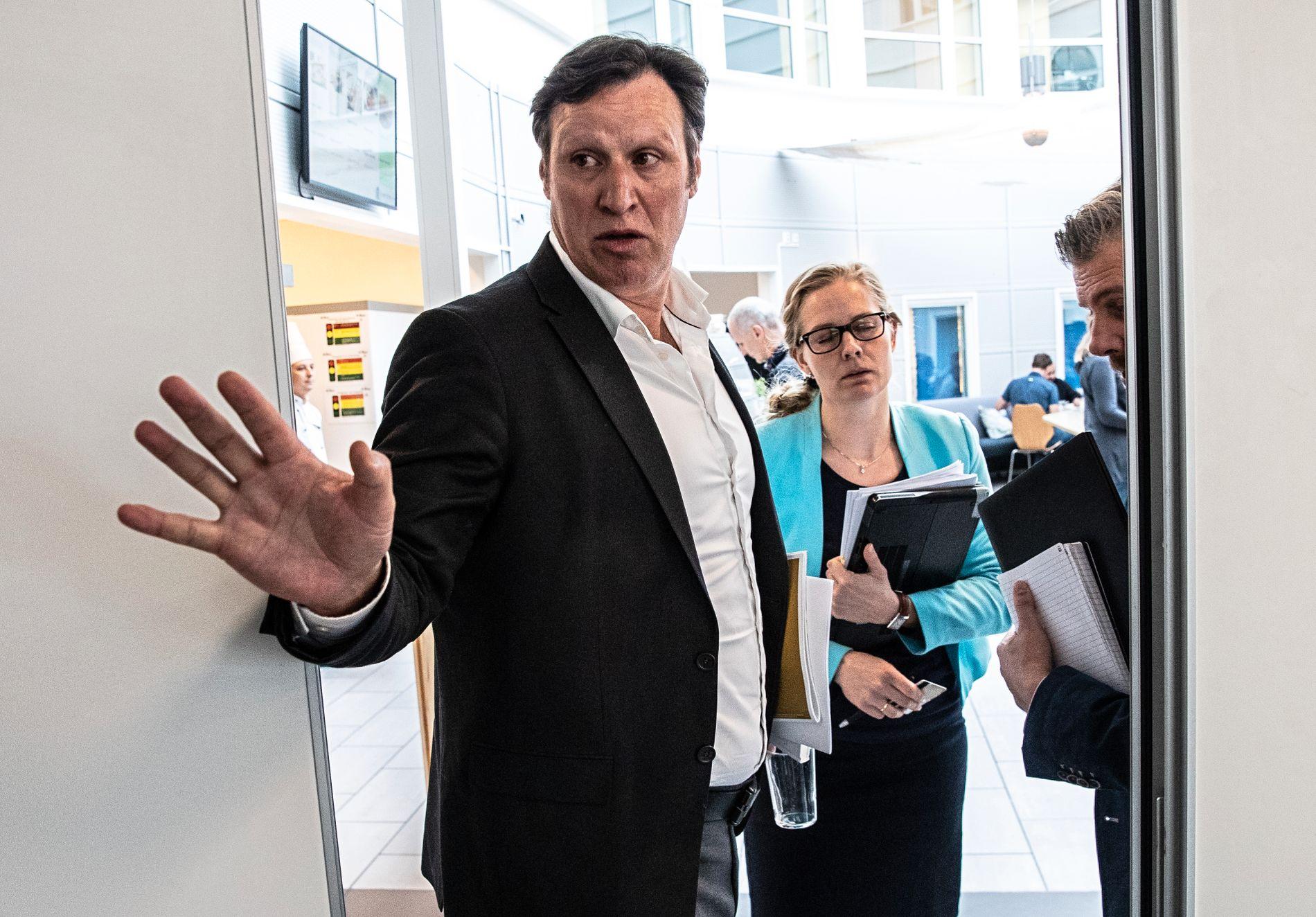 FÅR KRITIKK: Riksrevisjonen har kommet med sterk kritikk av Norges Idrettsforbunds bruk av spillemidler. Her er idrettspresident Tom Tvedt sammen med Stine Schultz Heireng, forvaltningsansvarlig i NIF.