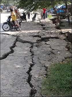 JORDSKJELVSKADER: Jordskjelvet utenfor kysten av den indonesiske øya Sumatra la landsbyer i ruiner og ødela store deler av infrastrukturen. Foto: REUTERS