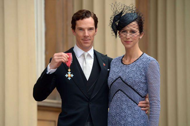 FORTJENESTEMEDALJE: Benedict Cumberbatch med kona Sophie Hunter etter at han er tildelt ordenen CBE (Commander of the Order of the British Empire) av Elizabeth II på Buckingham Palace tirsdag.