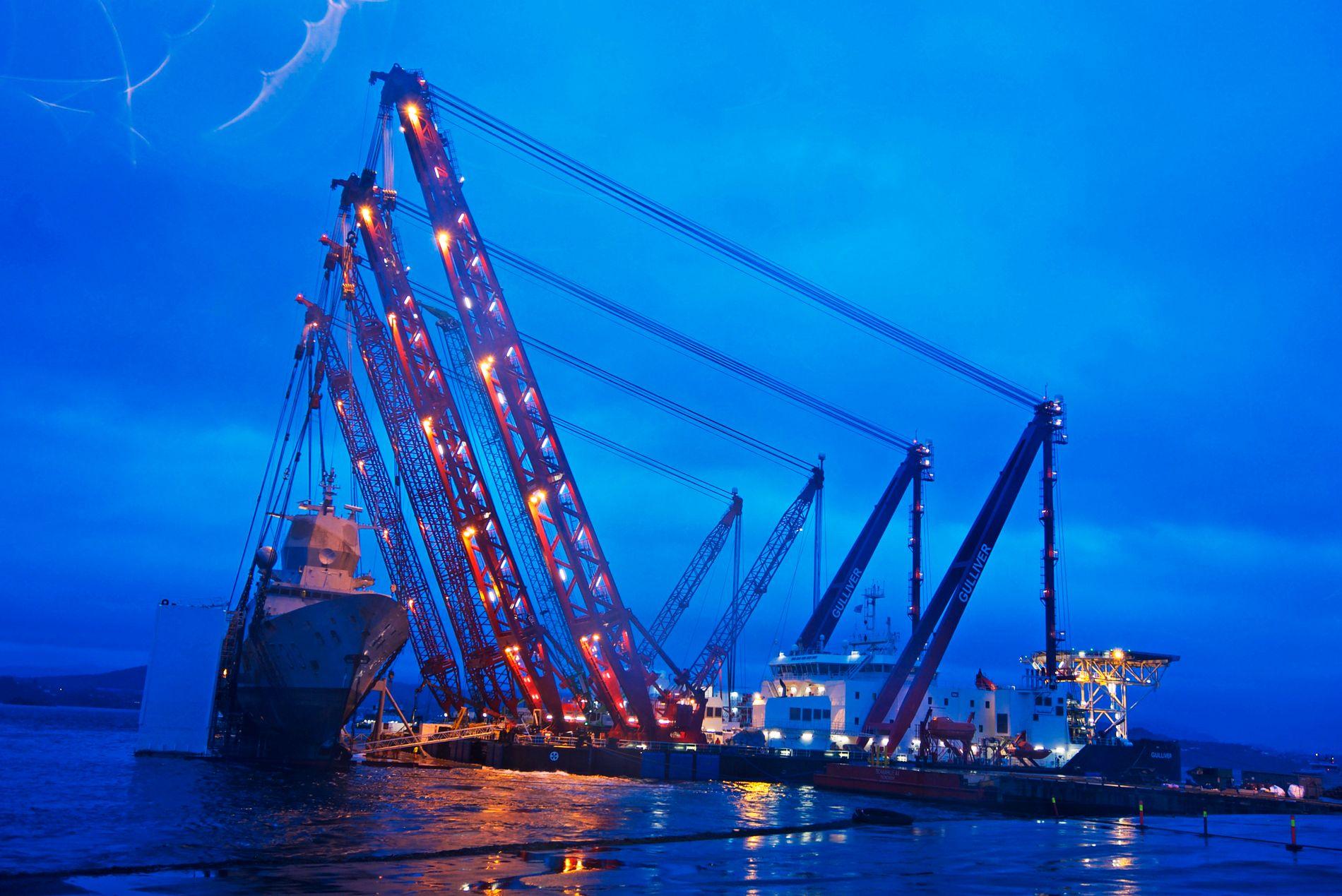 ENDELIG OPPE: Lørdag kveld settes sluttstrek for en nær fire måneders prosess med å heve KNM «Helge Ingstad».