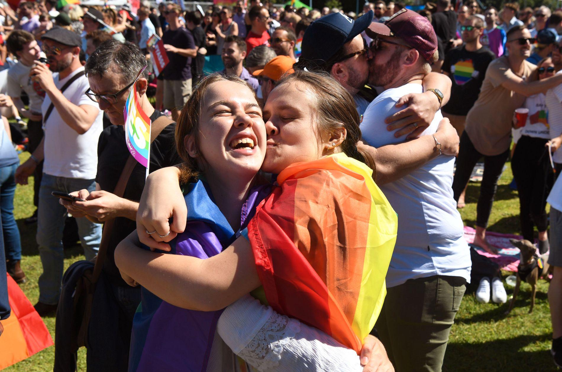 KLINTE TIL: I Prince Alfred Park i Sydney var det både jubel, tårer og kyss da resultatet ble klart.