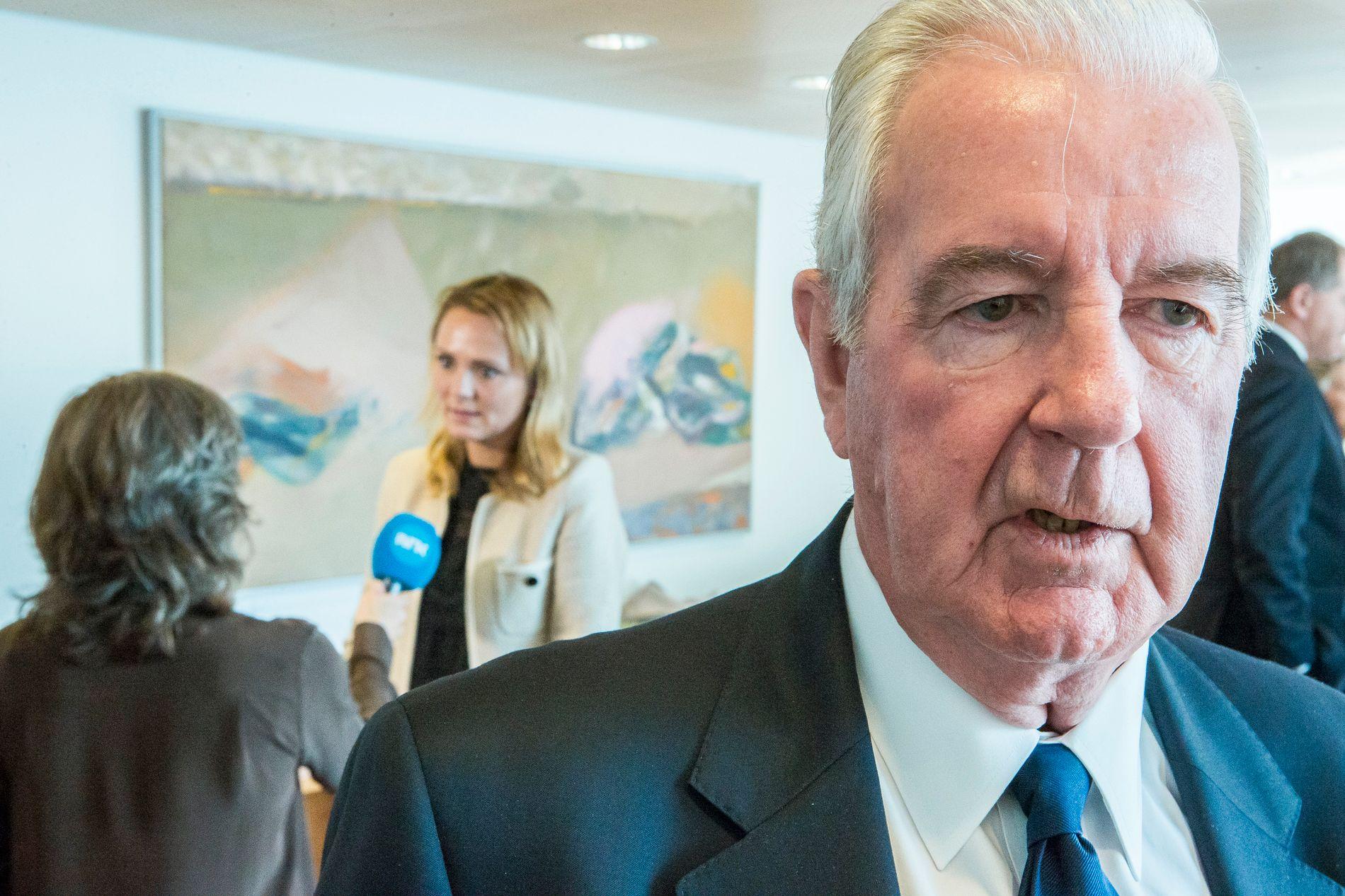 ULIKT SYN: Craig Reedie skal ha bedt Linda Hofstad Helleland om å droppe et møte i Det hvite hus. Her er WADA-presidenten i Oslo, mens den norske visepresidenten blir intervjuet i bakgrunnen av NRK.
