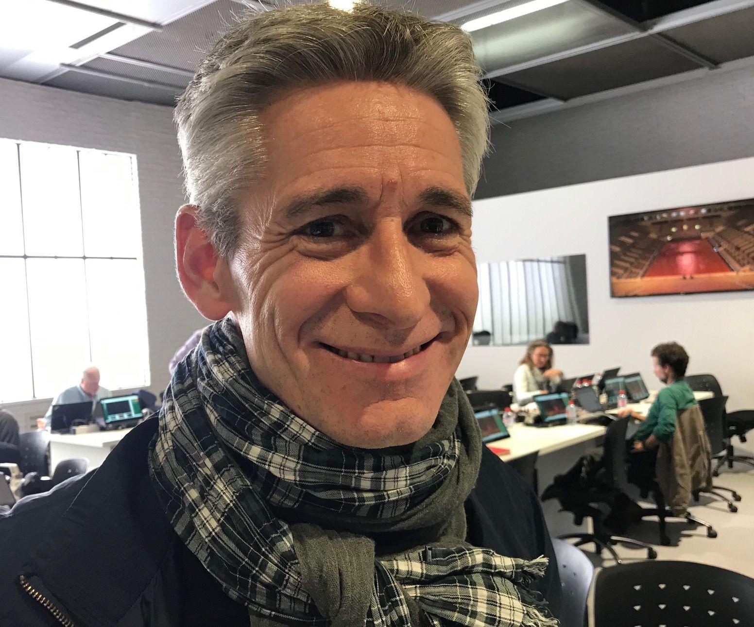 EN DRØM: Journalist i Le Figaro, Jean Julien Ezvan, jobbet sent på pressesenteret i Paris tirsdag kveld. Han gleder seg over fremgangen til Casper Ruud og norsk tennis.