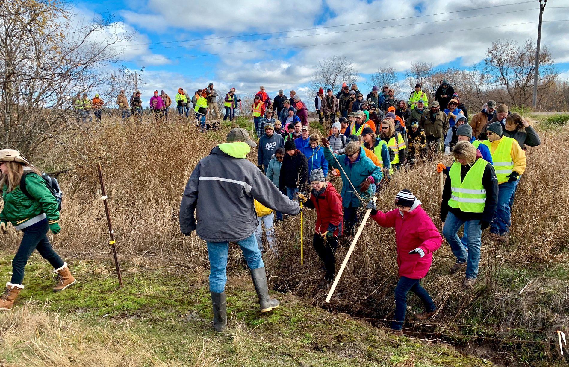 MASSIV LETEAKSJON: I flere måneder har lokale frivillige stilt opp for å lete etter 13-åringen. Dette bildet er fra oktober, nær hjembyen Barron.