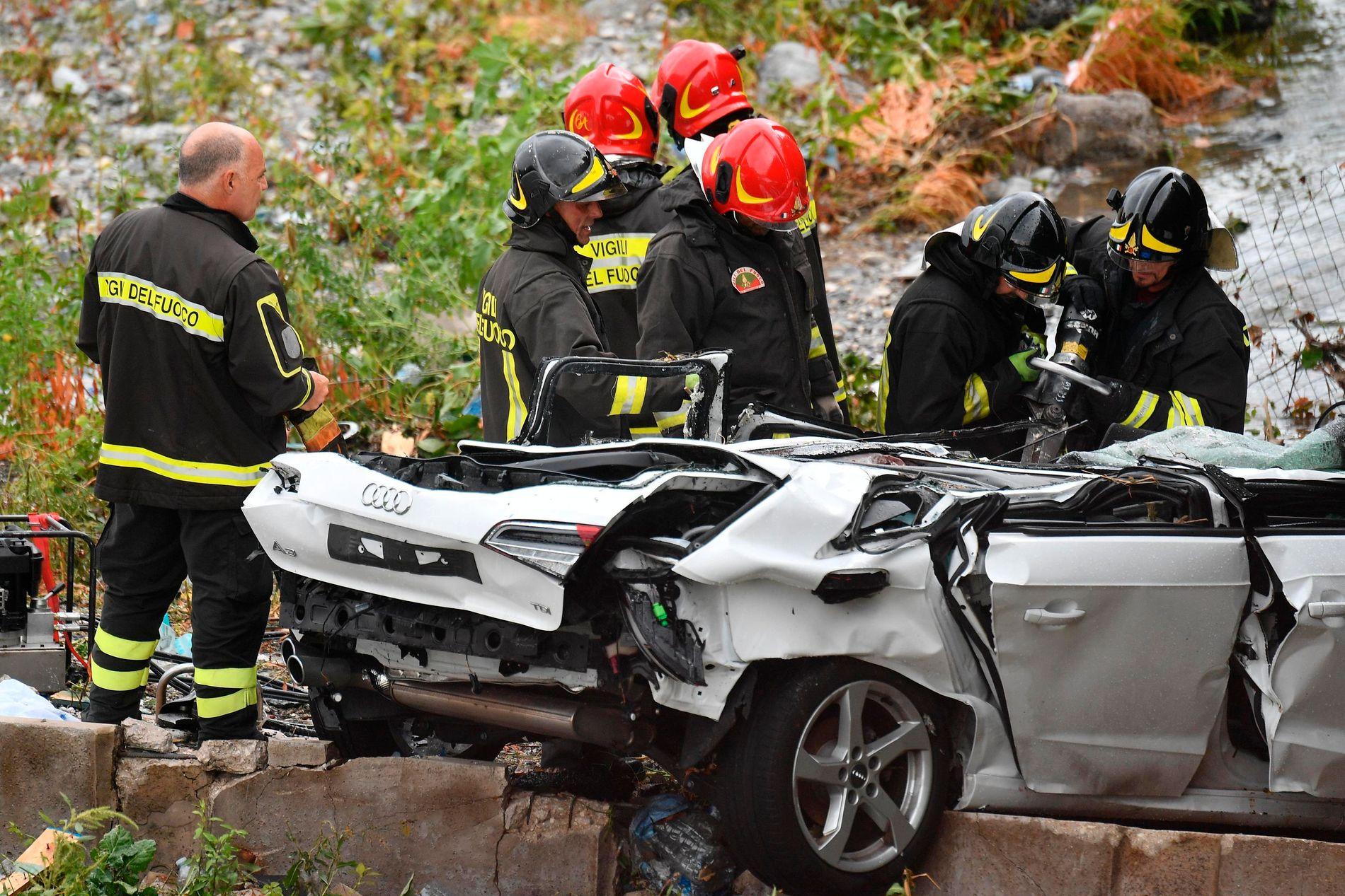 KNUST: Flere av bilen hadde enorme skader etter fallet.