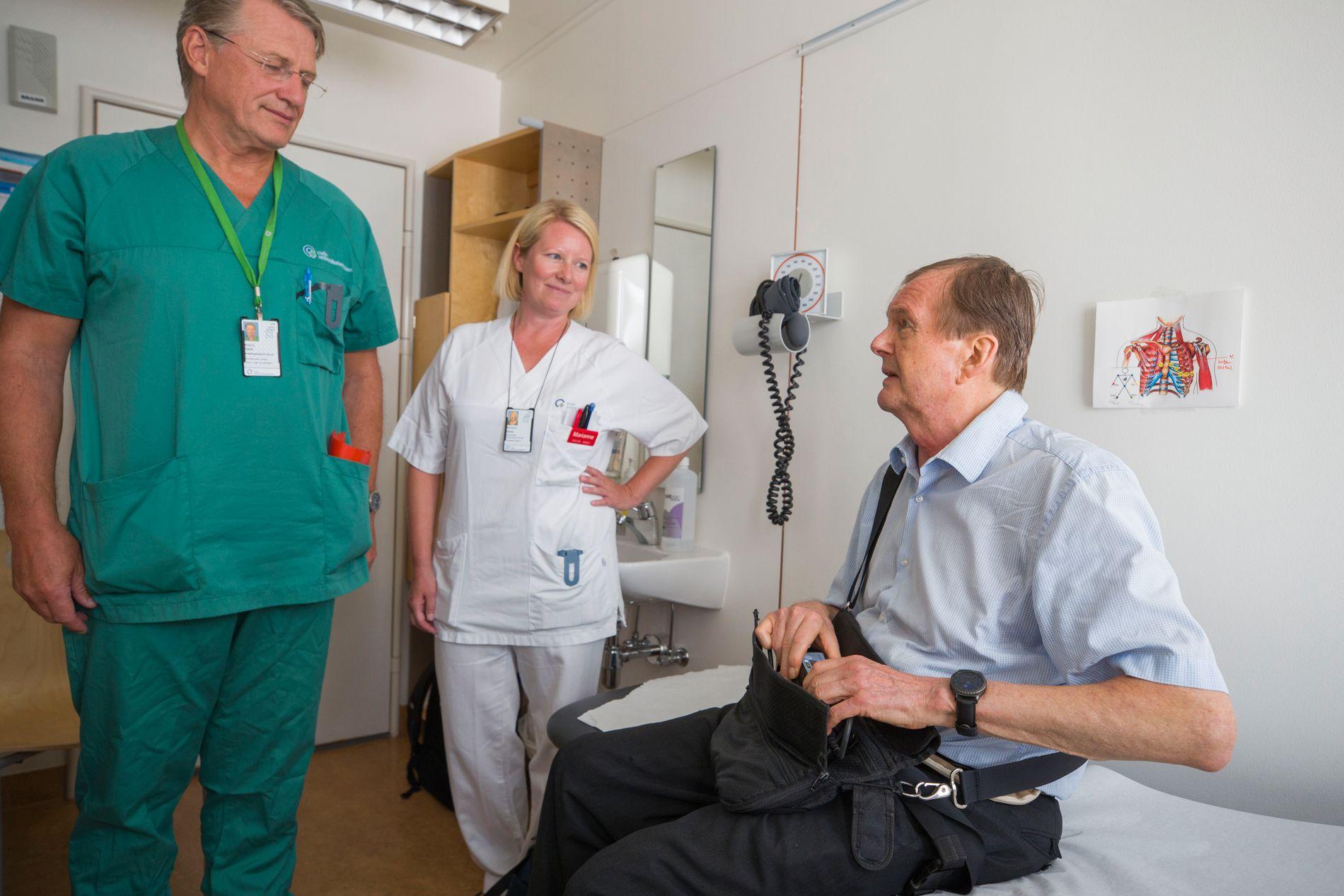 NY GIV: Det er begrenset hvem som kan få hjertepumpe i dag, og for rundt halvparten av hjertesviktpasientene er det på nåværende tidspunkt ikke et alternativ. Tor Hoftstad (72) hadde systolisk hjertesvikt, og fikk i 2016 operert inn en mekanisk pumpe. Her med kirurg Arnt E. Fiane og sykepleier Marianne Holter på Rikshospitalet i Oslo.