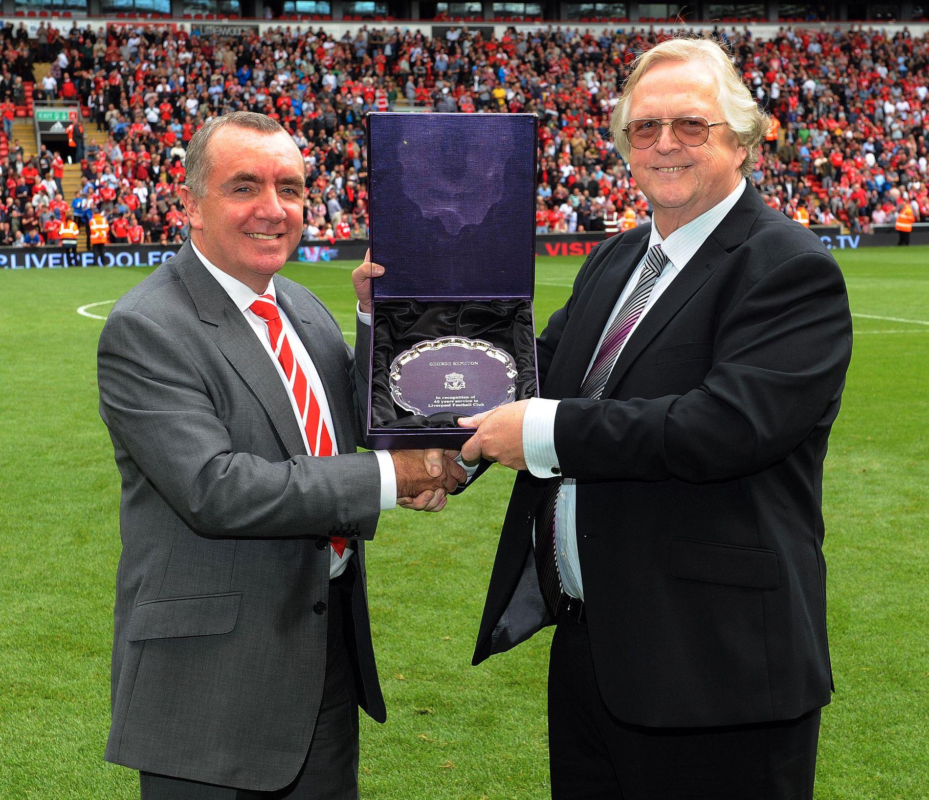 40 ÅR: Her får George Sephton overrakt en gave etter 40 år som speaker på Anfield.