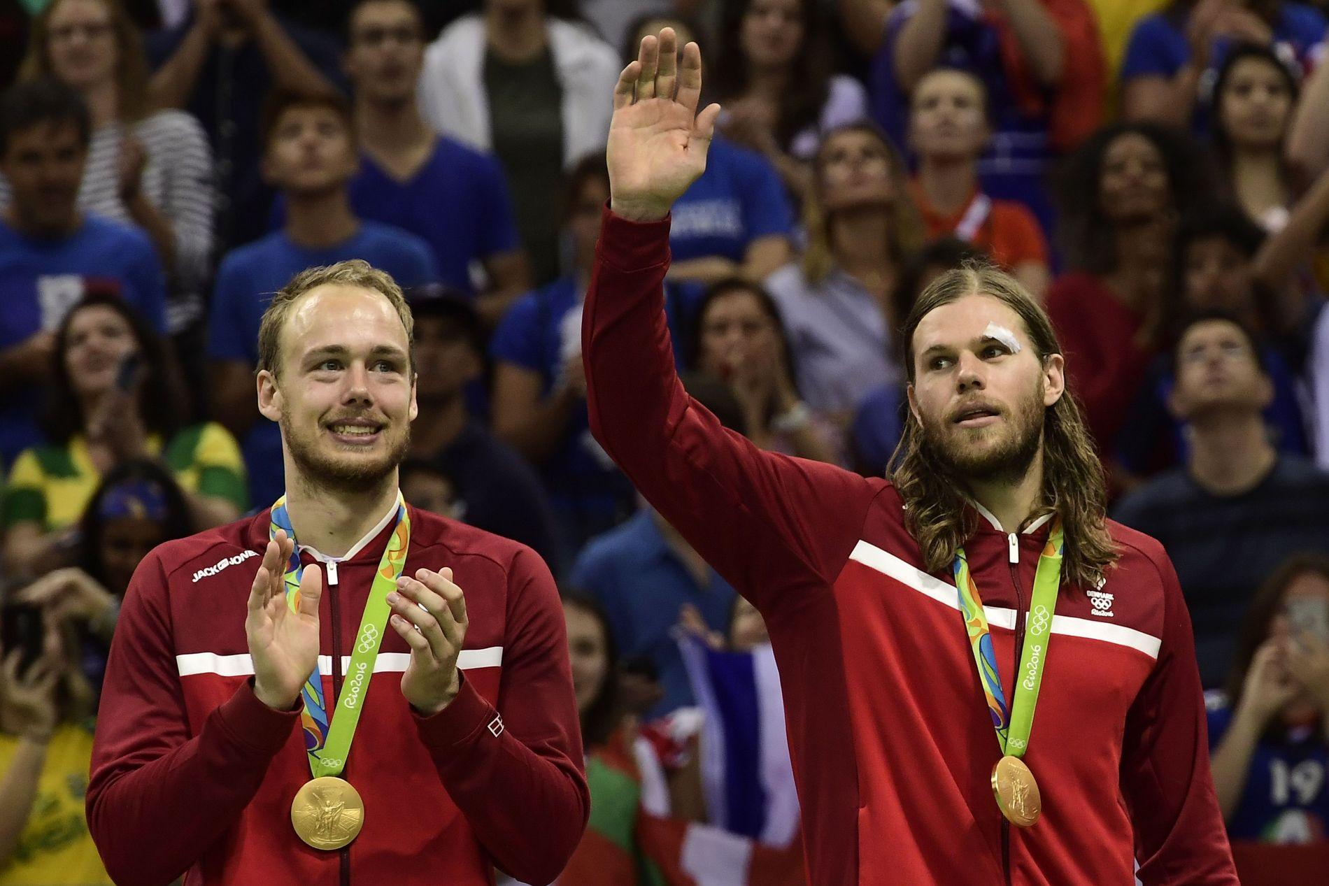 DANSKE HELTER: Danmarks Mikkel Hansen (t.h.) vinker ved siden av Henrik Hansen - begge med OL-gullmedaljen rundt halsen. Danmark slo Frankrike i OL-finalen i håndball.