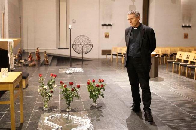 LYS OG ROSER: Prest i Lommedalen kirke i Bærum, Knut Grønvik, holdt i søndagens minnestund for den 13 år gamle jenta som torsdag ble funnet død.