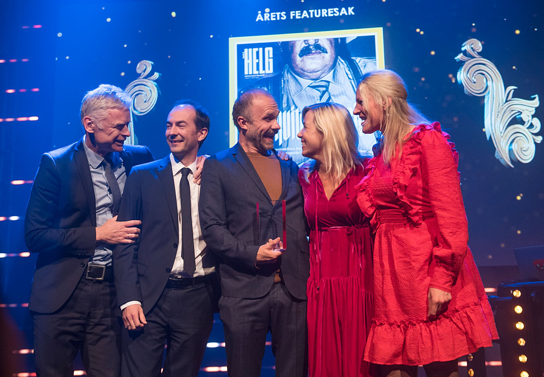 FIKK PRIS: Det var tilsynelatende god stemning på scenen da VG fikk prisen for årets featuresak under de Nordiske mediedagene i Bergen