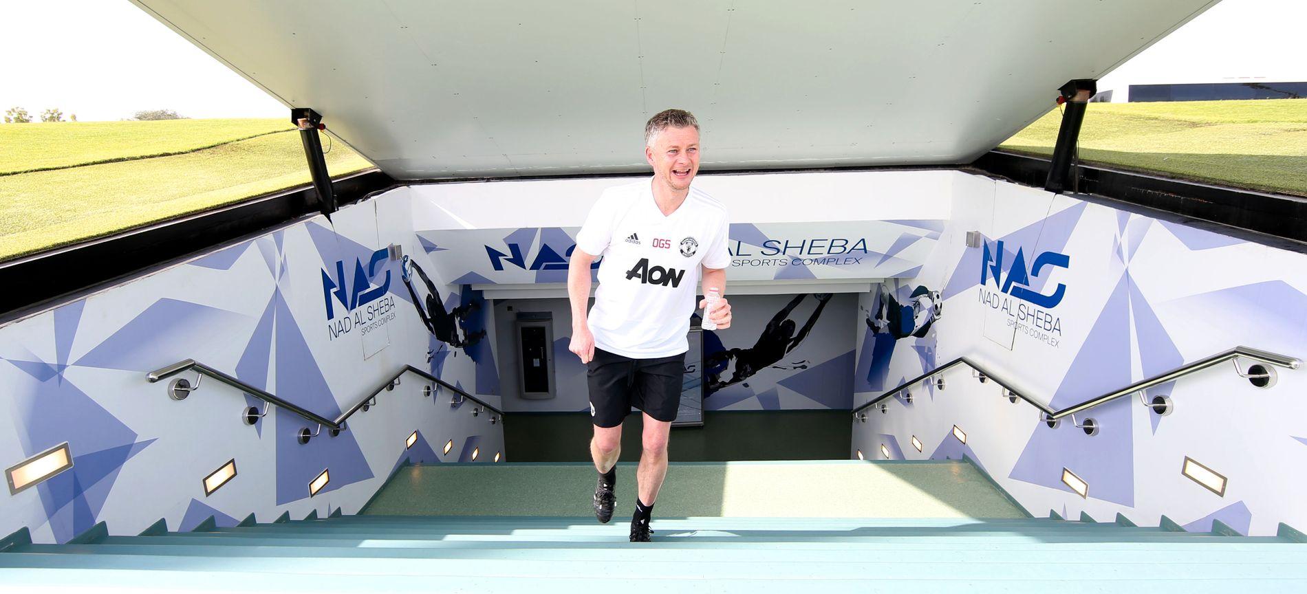 SMILER I SOLEN: Ole Gunnar Solskjær ankommer Manchester Uniteds trening i Dubai tirsdag.