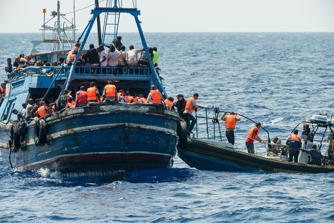 I 2015: Mannskap fra Leger Uten Grenser-skipet «Phoenix» om bord i et flyktningskip utenfor kysten av Libya.