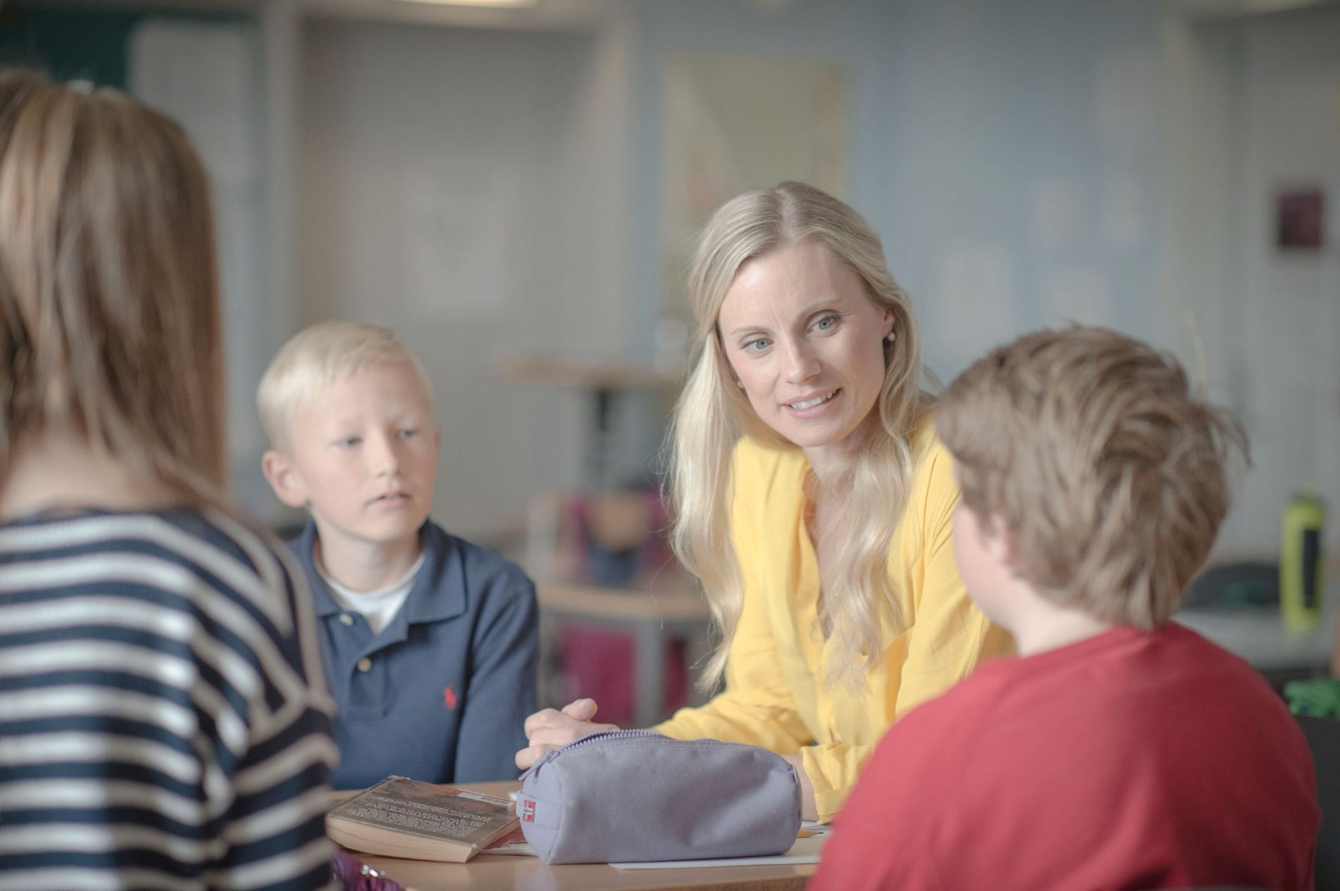 GJØR BARNA OPPMERKSOMME: Forbrukerøkonom Silje Sandmæl er opptatt av at barn tidlig skal lære om privatøkonomi. Her fra klasseromsundervisning i privatøkonomi som hun har hatt på enkelte barneskoler.