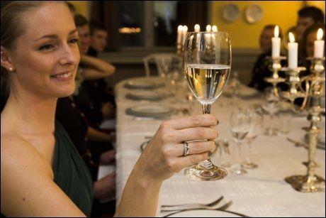 SKÅL! Ved bordet skal ingen begynne å drikke før verten har ønsket velkommen. Kemma Pearson viser hvordan man bør holde glasset.