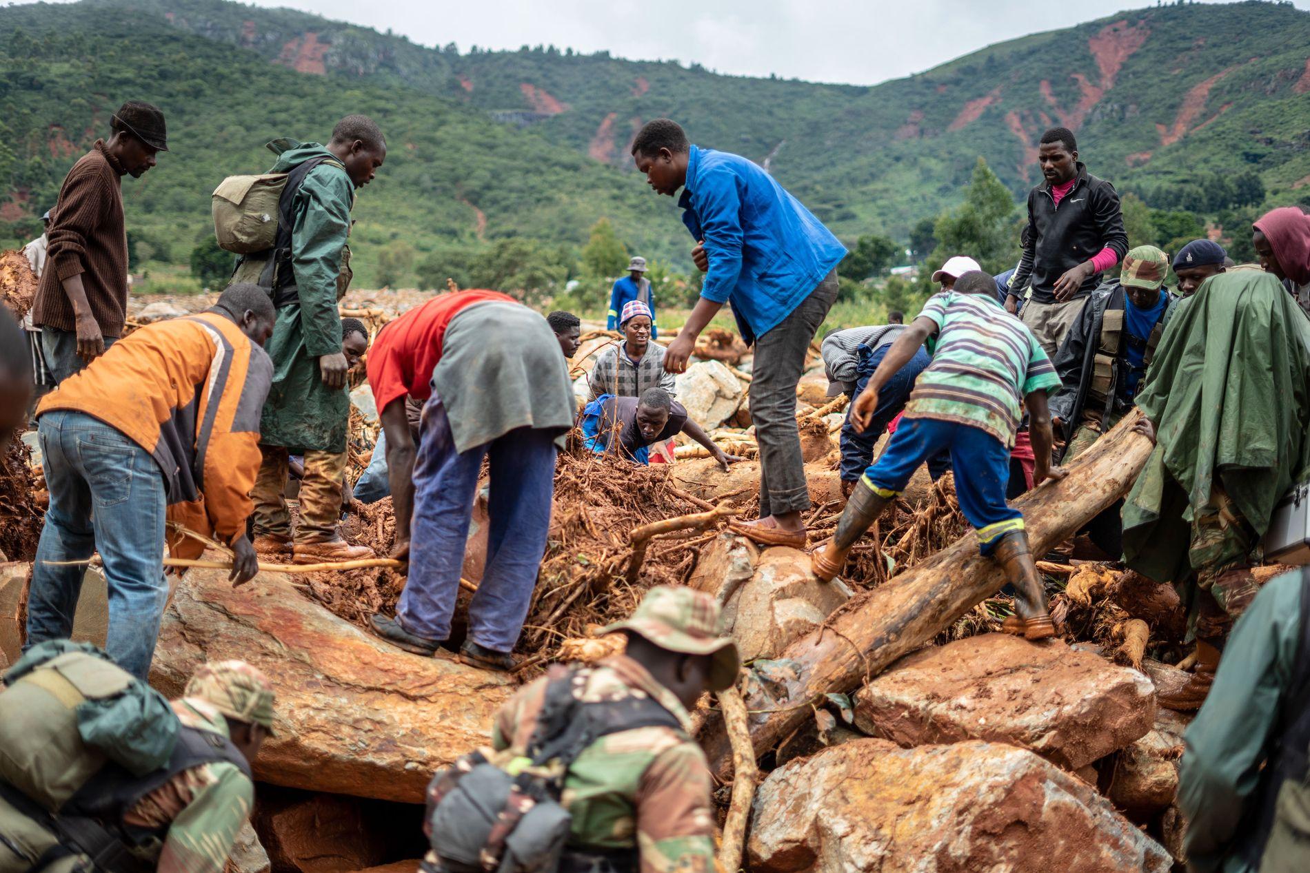 SØKER: Det letes etter overlevende i områdene som er rammet av syklonen.
