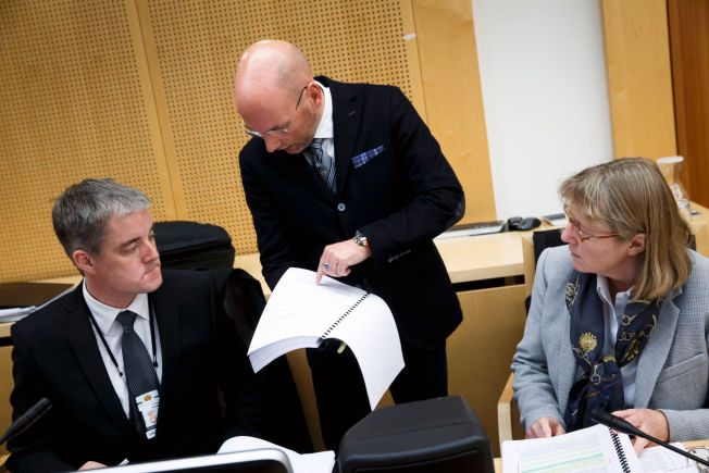 DISKUTERER: Pollitiadvokat Vegard Rødås (t.v.), forsvarer Brynjar Meling og statsadvokat Torunn Gran i Oslo tingrett mandag, da rettssaken mot Mulla Krekar startet.